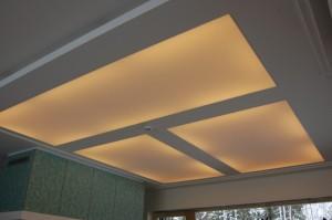 Clipso šviesai laidus audinys įtemptas viename lygyje su gipso kartono lubomis