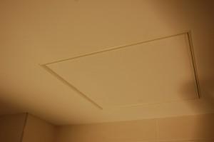 Virš CLIPSO lubų sumontuota įranga, kurią reikia kartais reguliuoti