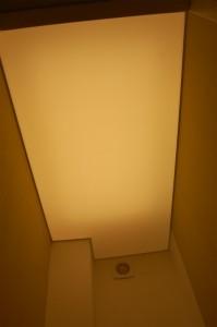 Baltas šviečiantis paviršius lubose vis dažniau keičia lubinius šviestuvus