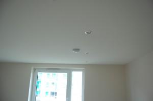 miegamojo kambaryje virš Clipso įtempiamų lubų yra sumontuota garso izoliacinė vata.