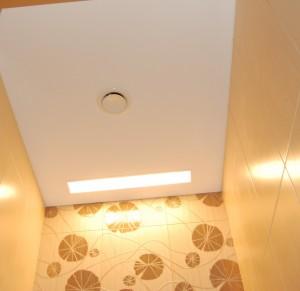 WC ir vonios lubos įtemptos standartiniu Clipso 705S audiniu