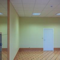 Salonas prieš lubų Clipso lubų tempimą.