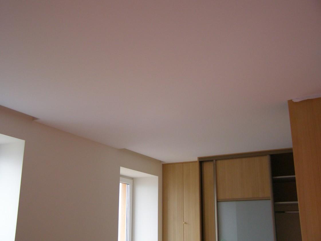 Stumdomų durų profilis standartiškai tvirtinamas prie lubų