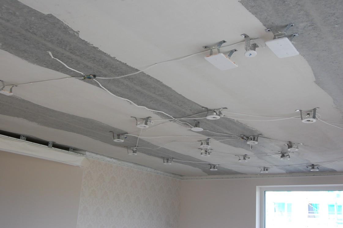 projekte buvo numatyta 18 įleidžiamų halogeninių šviestuvų ir du išoriniai šviestuvai