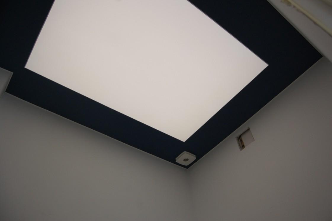 Vonios luboms buvo naudotas CLIPSO 507PT šviesą sklaidantis audinys ir CLIPSO 705C tamsiai mėlynos spalvos Bleu Acier audinys.